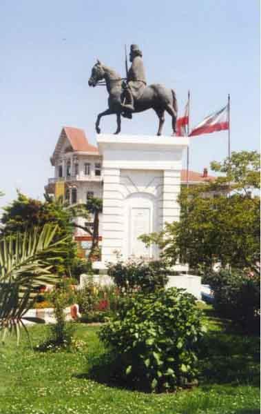 تندیس میرزا در میدان شهرداری شهر رشت