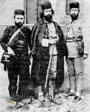 میرزا با دوتن از یارانش ، اسماعیل جنگلی و سید حبیباله خان مدنی
