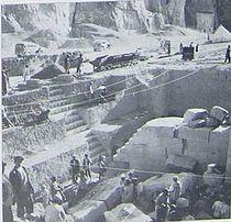 تصویری از کاوشهای انجامشده توسط مؤسسه خاورشناسی دانشگاه شیکاگو در محوطهٔ نقش رستم.