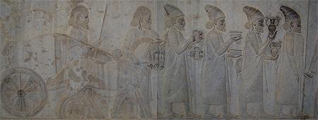 این طره های بارز مو که در نگاره می بینید که از پشت گوشهای این مردان آویزان است نشان می دهد که آنها اهل لیدی هستند و یکی از این مردان در حال حمل یک بازوبند زیباست.