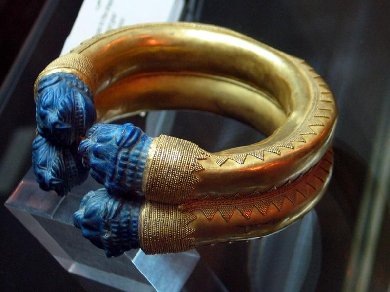 دستبند زرین و سنگ عقیق- موزه ایران باستان