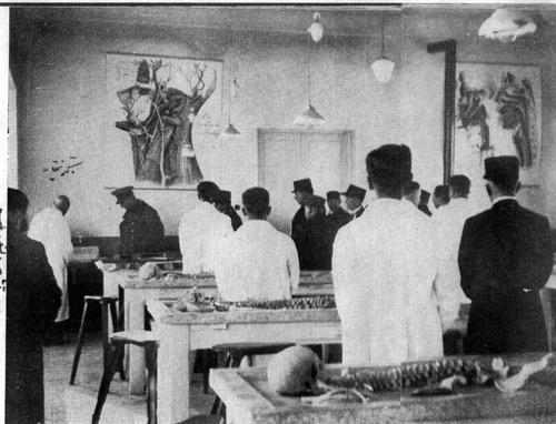 رضاشاه و دکتر ابوالقاسم بختیار در آیین گشایش دانشکده پزشکی دانشگاه تهران.