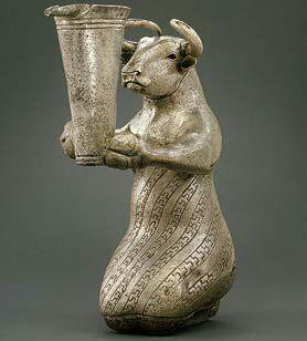 پیکره گاو زانو زده به هزاره های پیش از میلاد در دوره عیلامی مربوط است و در موزه متروپولیتن نیویورک نگهداری می شود.