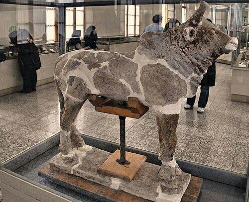 گاو (گوساله) در چفازنبیل محل نگهداری : موزه ی ایران باستان در تهران